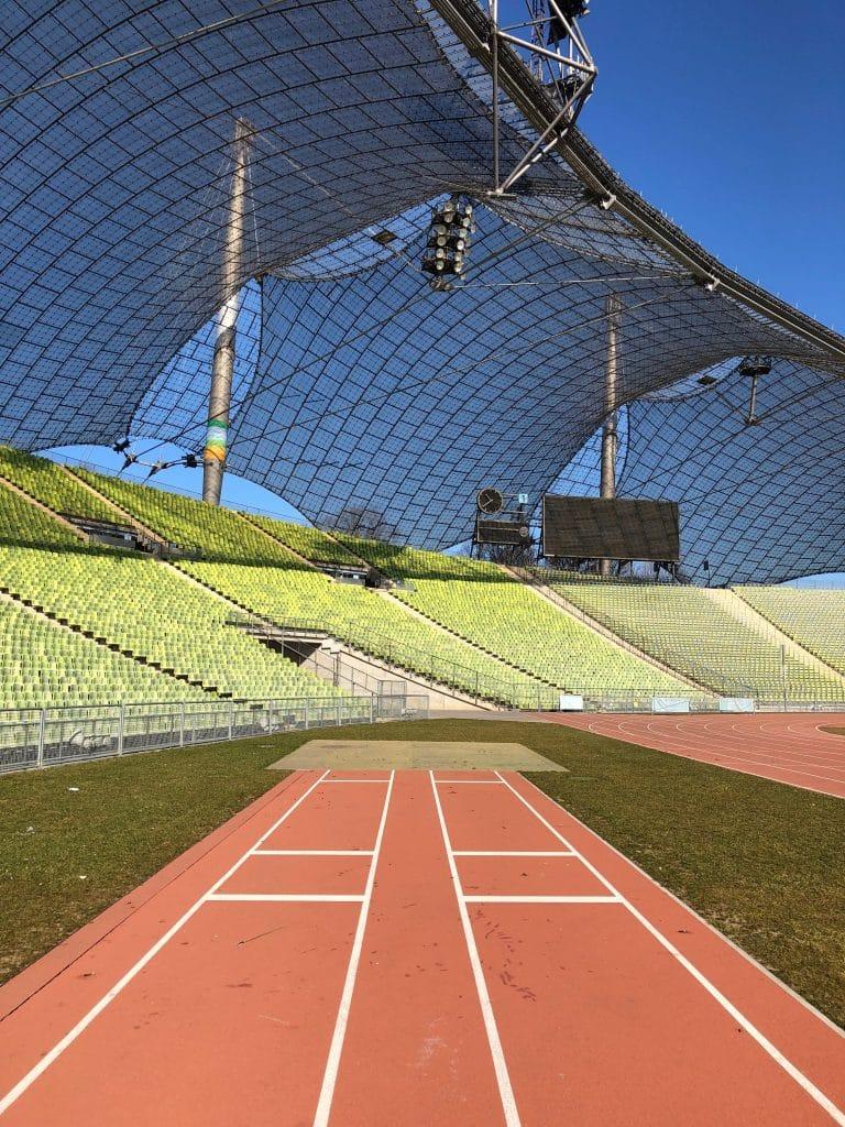 Leeres Stadion mit blauem Himmel