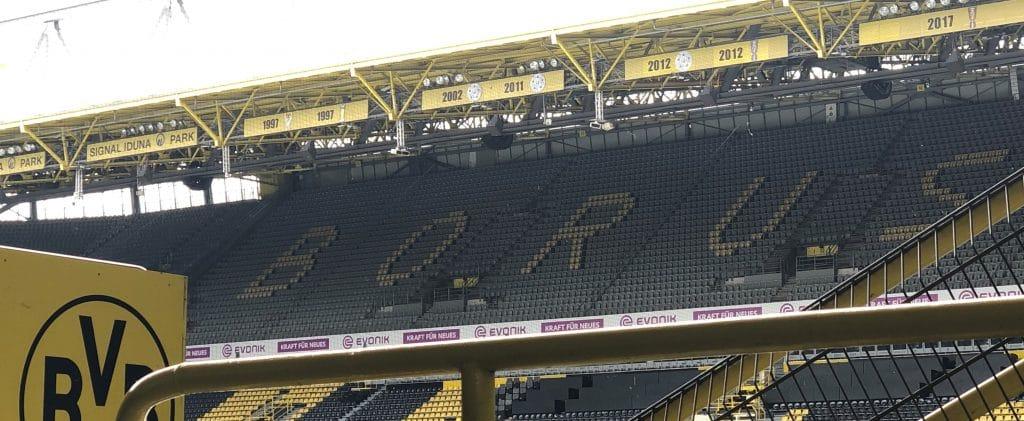 Tribüne im Stadion mit Borussia Schriftzug