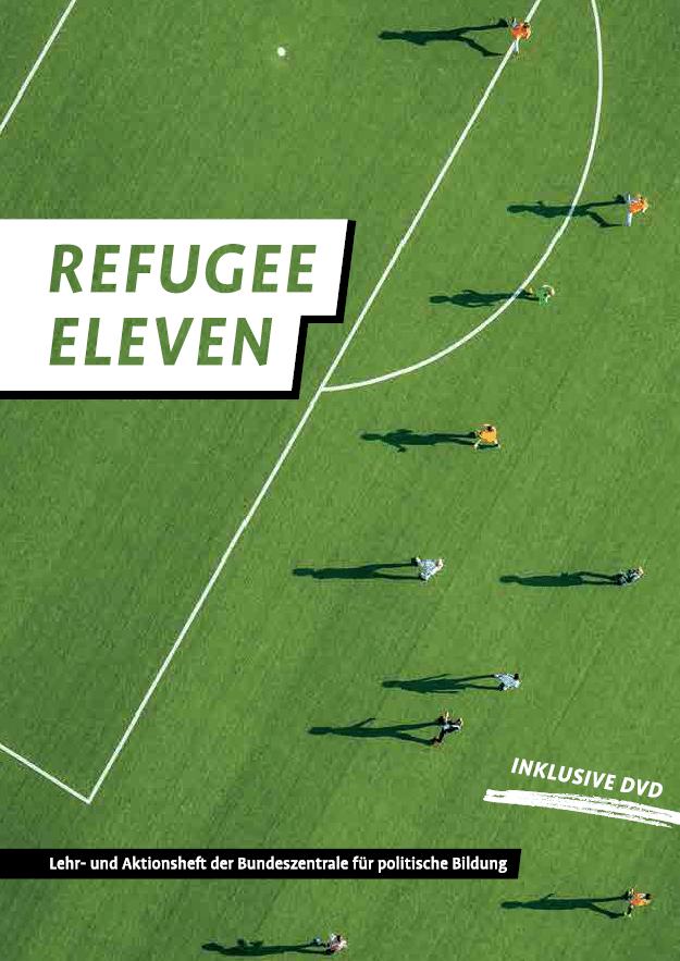 Foto von grünem Fussballrasen mit dem Schriftzug Refugee Eleven. Cover vom Lehr- und Arbeitsheft der Bundeszentrale für politische BIldung