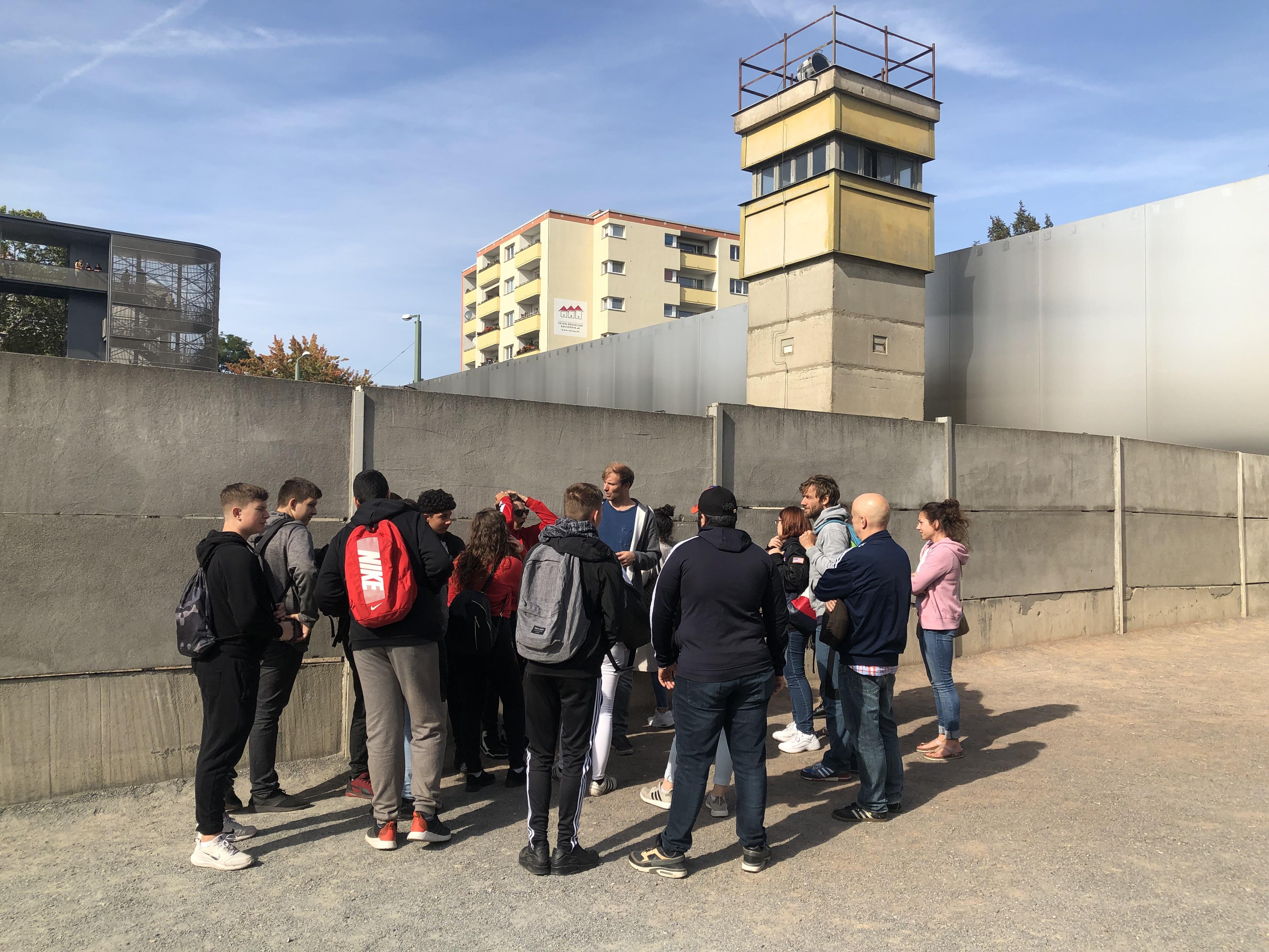 Jugendliche vor der Gedenkstätte Berliner Mauer