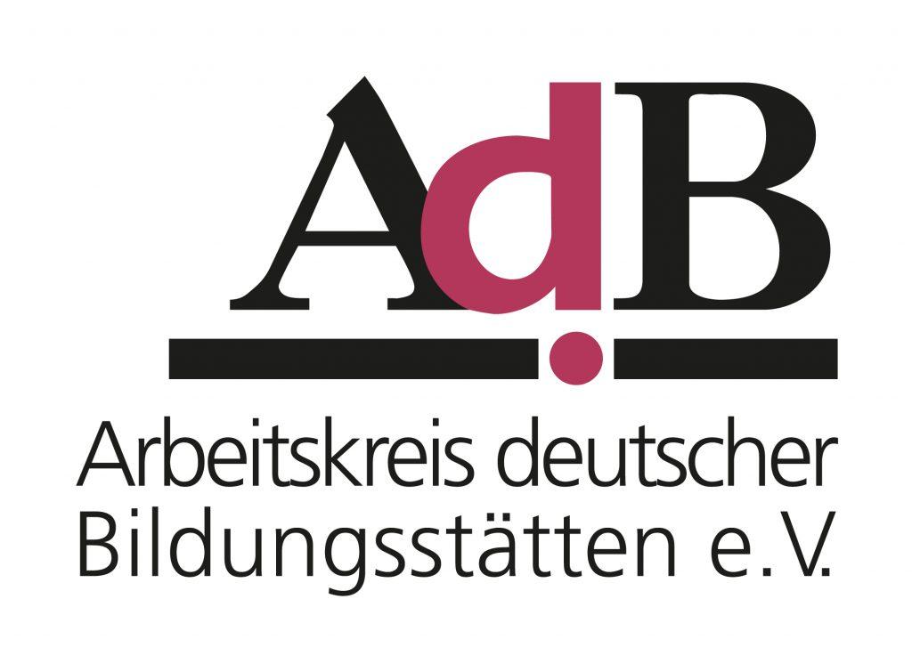 Logo des Arbeitskreises deutscher Bildungsstätten e.V. SChwarze und rote Schrift auf weißem Grund